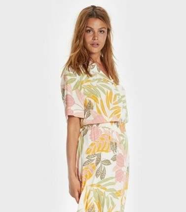 Frau buntes Kleid kurz mit Gürtelt